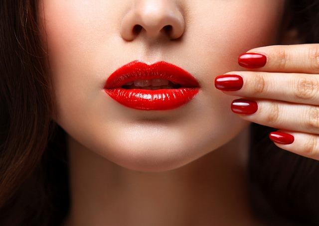 赤いリップと赤いネイルの女性