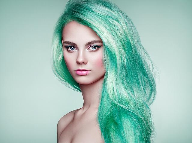 女性 髪 ターコイズ
