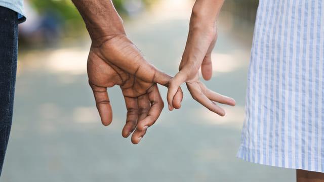 小指 繋ぐ 男女