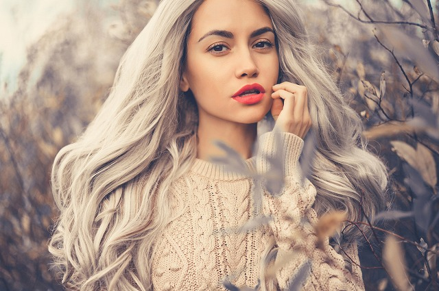 女性 髪 グレー