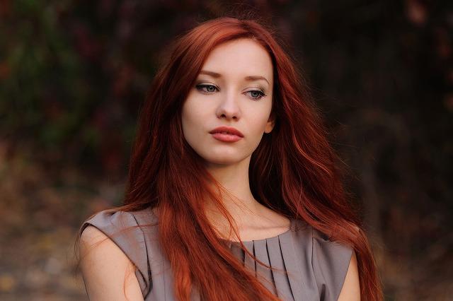 女性 髪 オレンジ