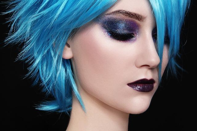 女性 髪 ブルー