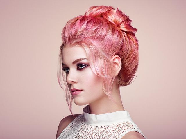 女性 髪 ピンク