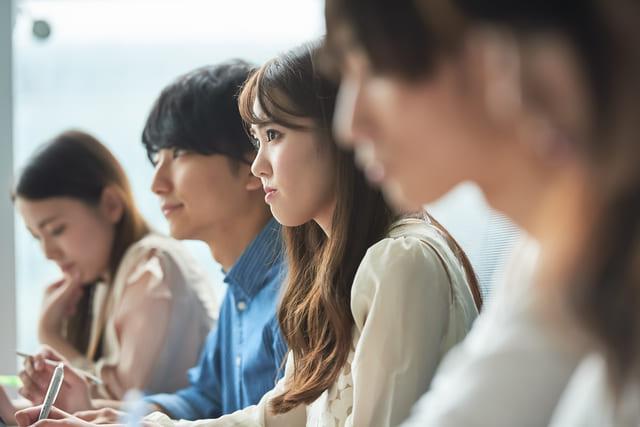 講義 受ける 女子大生 学生
