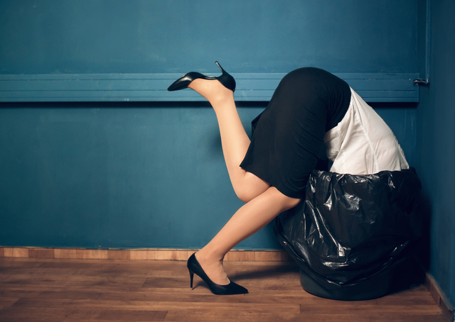 ゴミ箱 入る 女性