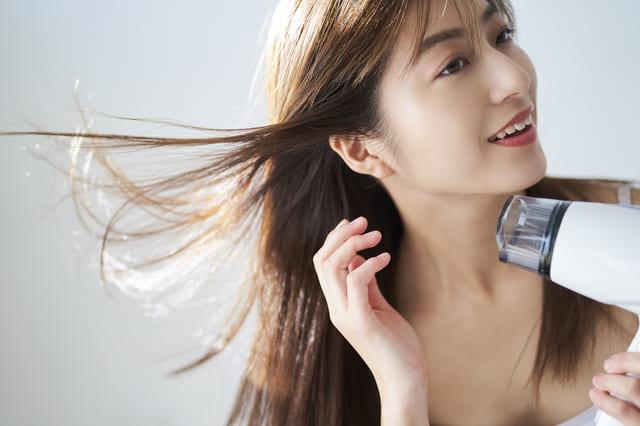 サラツヤ髪が恋のきっかけに? 女っぽい美髪を作るヘアケアとは