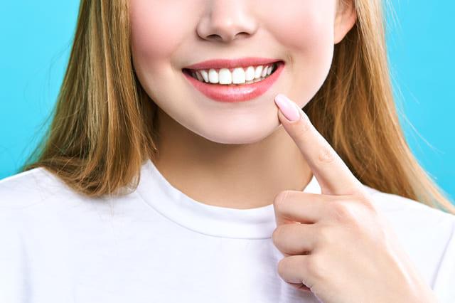美白 歯 口元 外国人女性