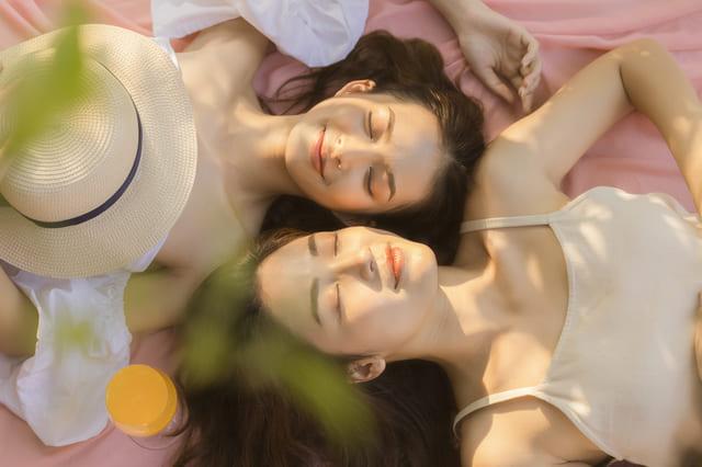 女性 笑顔 二人 帽子